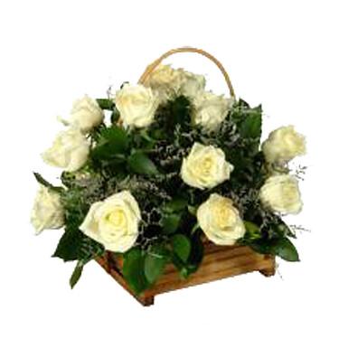 Korb mit weißen Rosen