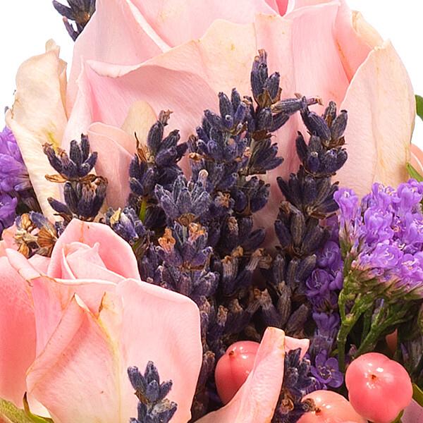 Blumenarrangement Rosenzauber mit Ferrero Raffaello