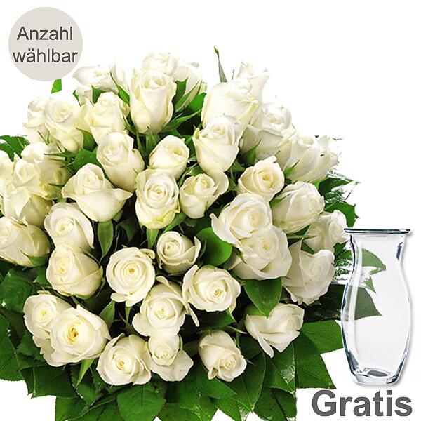 Weiße Rosen als Strauß mit Vase